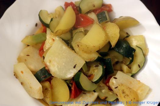 Gemüsesalat mit Zucchini und Paprika